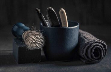 Gammeldags-barbering-med-barbergrej-barberkniv