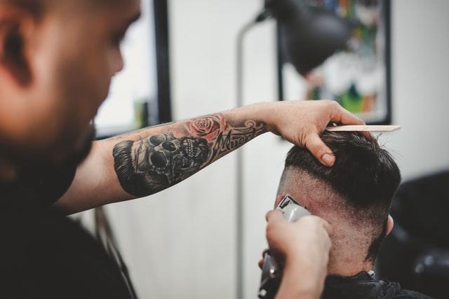 fade-hår-trimning